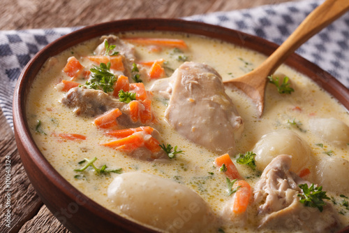 Fotomural  Tasty Belgian waterzooi soup with chicken macro in a bowl