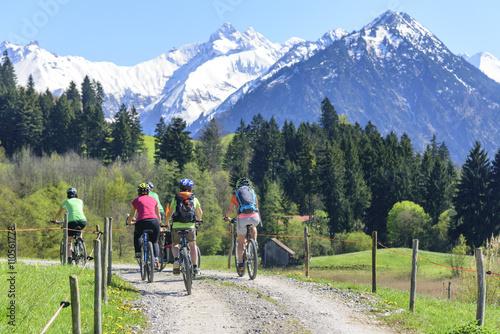 Familie macht eine Radtour im Oberallgäu