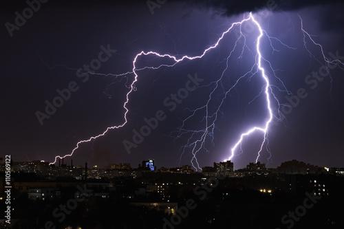 Poster de jardin Tempete Lightning storm over night city