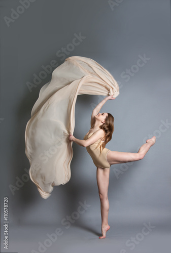 Fotografia  beautiful young girl dancing with brightly colored fabrics.