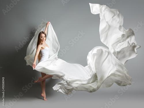 Fotografia  beautiful young girl dancing
