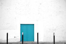 Stillgelegtes Theater / Der Seiteneingang Eines Alten Im Spanischen Stil Gebauten Theaters Mit Weißen Abplatzenden Putzschichten.