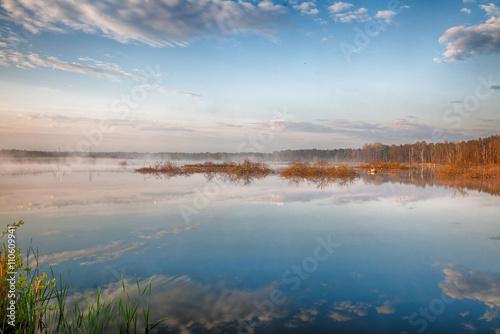 Fototapeta premium Piękny pejzaż jeziora