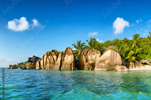 Tuinposter Tropical strand anse source d'argent beach on la digue island in seychelles