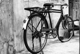 Czarno-białe zdjęcie stylu vintage rower - efekt filtra ziarna filmu - 110626981