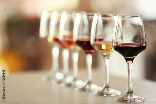 Fotografía  Many glasses of different wine in a row on a table