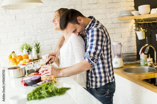 Papiers peints Cuisine Loving couple preparing healthy food