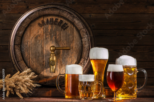 beczka-piwa-z-szklankami-piwa