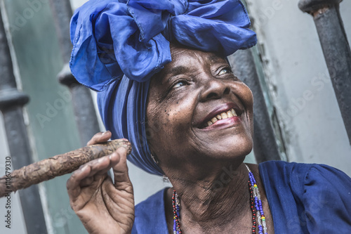 Fotografia  Portrait of african cuban woman smoking cigar in Havana, Cuba