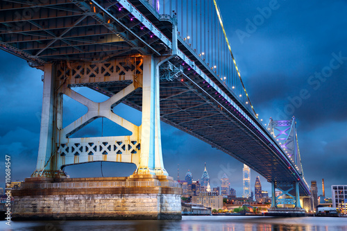 Stampe  Ben Franklin Bridge above Philadelphia skyline at dusk, US