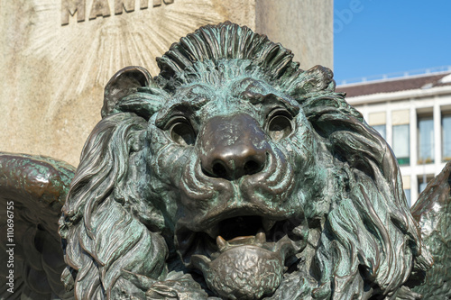 Photographie  Winged Lion beneath the statue of Daniele Manin in venice