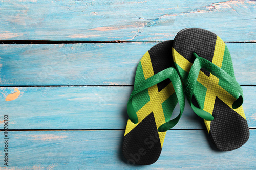 Canvas-taulu Thongs with flag of Jamaica, on blue wooden boards