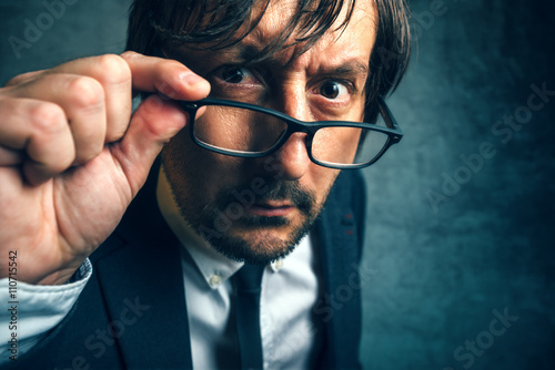 Photo Angry tax inspector looking serious and determined