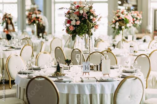 Fotografía  Luxury white restaurant is prepared for the wedding