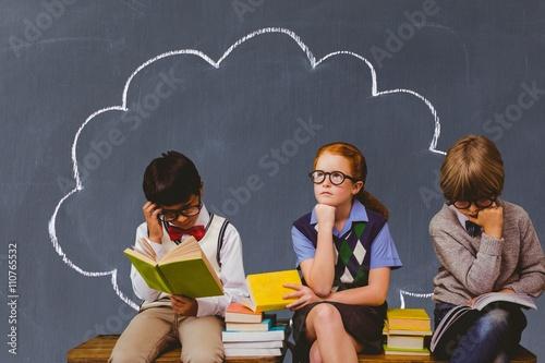Fotografía  Imagen compuesta de niños en edad escolar lectura y el pensamiento