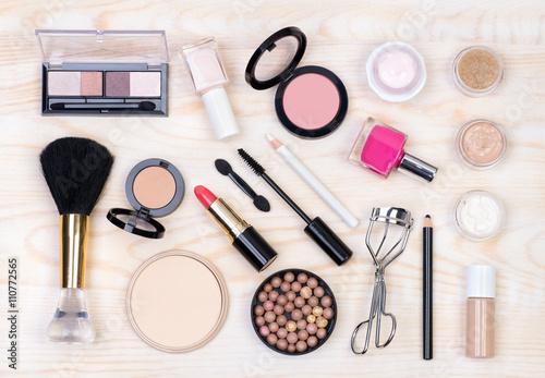 Fotografía  Cosméticos de maquillaje en blanco, fondo de madera, vista desde arriba