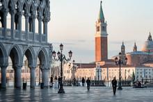 Markusplatz – Dogenpalast, Im Hintergrund San Giorgio Maggiore-Kirche,bei Sonnenschein Am Frühen Morgen