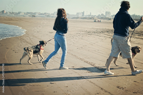 Photo Father and daughter  walking their dogs along the beach in Mar del Plata, Argent