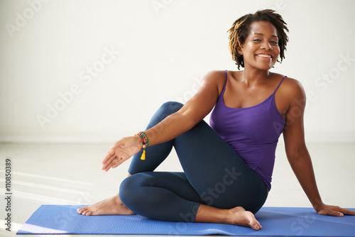 Photo Cheerful African-American woman practicing asana in yoga class