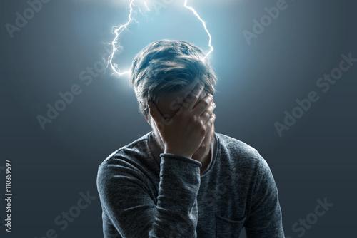 Fotografía  Mann mit Kopfschmerzen