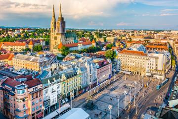 Zračni prikaz Zagreba glavni grad Hrvatske. / Pogled iz zraka na staro gradsko središte glavnog grada Hrvatske, Zagreb, Europa.