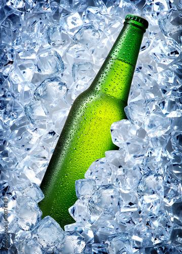 zielona-butelka-w-lodzie