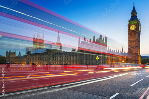 Poster Londres bus rouge London scenery at Westminter bridge with Big Ben and blurred red