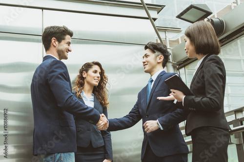 Fotografía  business team shaking hand