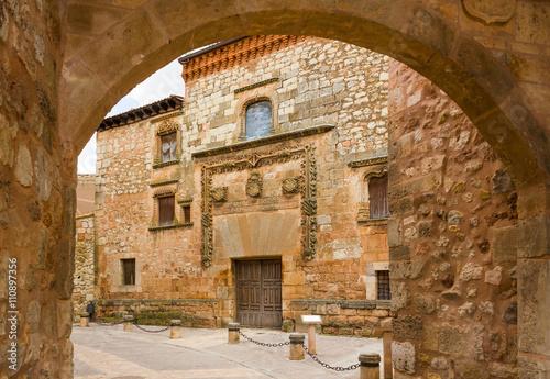 brama-do-miasta-i-fasady-palacu-contreras-w-ayllon-kastylia-i-leon-hiszpania