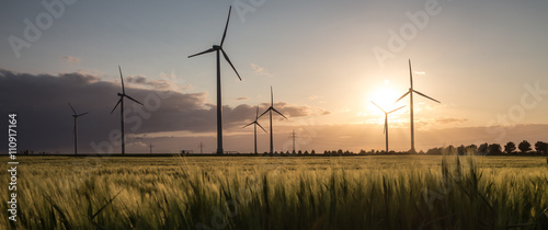 Fotografía wind turbine farm sundown