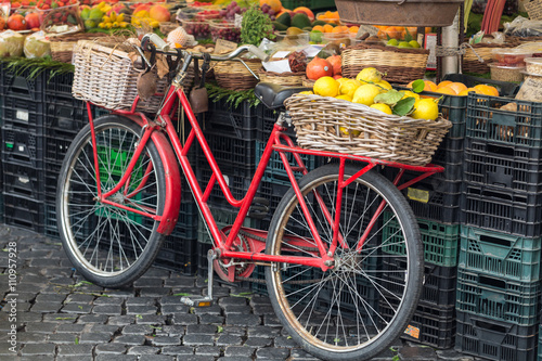 Türaufkleber Fahrrad retro red bike in fruit market Campo dei Fiori in Rome