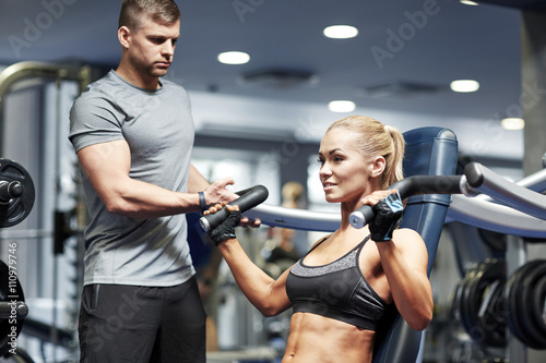 Photo  man and woman flexing muscles on gym machine