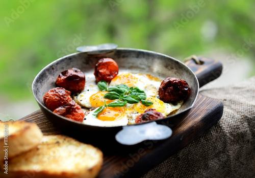 Deurstickers Gebakken Eieren Fried quail eggs with tomato and basil