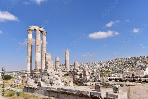 Fotografia Temple of Hercules is a historic site in the Amman Citadel in Amman, Jordan
