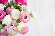 canvas print picture - Ranunkeln Blumenstrauß auf einem Holztisch