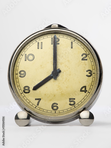 Reloj marca las ocho sobre fondo blanco
