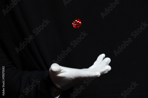 Fotomural Hand of magician in white glove showing tricks with dice