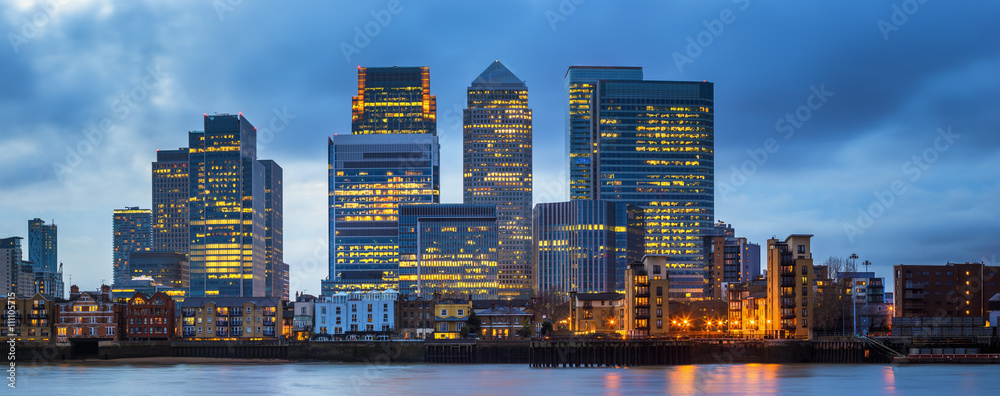 Fototapety, obrazy: London, England - Canary Wharf, the famous business district and skyscrapers of London at blue hour
