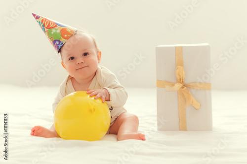 fototapeta na szkło Baby mit einem Geschenk