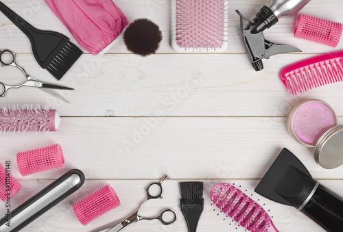 Plakat Fryzjerstw narzędzia na drewnianym deski tle z copyspace w centrum