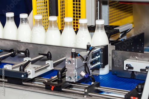 Zdjęcie XXL Linia butelek do pakowania w przemyśle mleczarskim