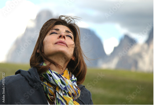 Fotografie, Obraz  Donna respira ossigeno in montagna