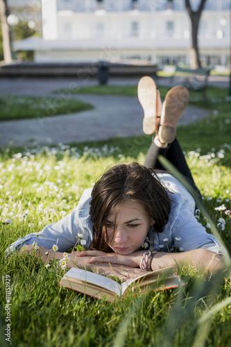 Freizeit,Gras,Wiese,Buch,lesen,liegen,Hobby
