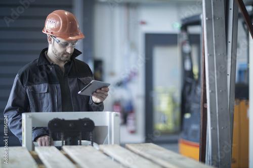Techniker,Brille,arbeiten,lächeln,Freude,Zufriedenheit,Mobilität