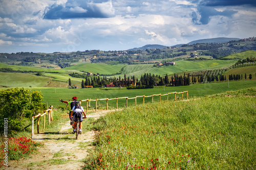 Staande foto Toscane Mountain bikers on touristic trail in Tuscany (Italy)