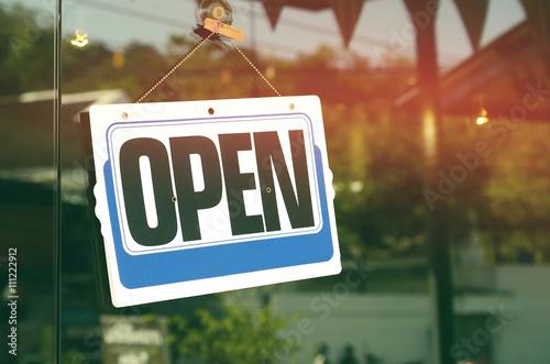 Fotografía  Open sign hanging on glass door in cafe