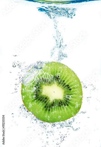 kawalek-kiwi-spada-w-wodzie