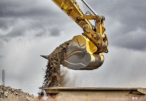 Pinturas sobre lienzo  Construction industry excavator bucket loading gravel closeup