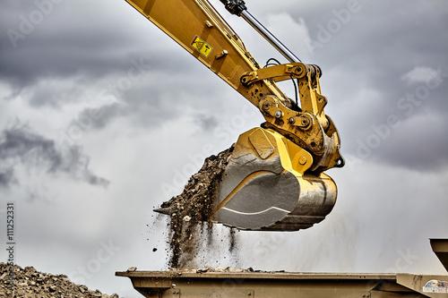 Pinturas sobre lienzo  Construction industry excavator loading gravel closeup