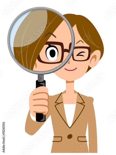 Foto  Eine Frau, die Gläser trägt und einen Anzug trägt, hat eine Lupe